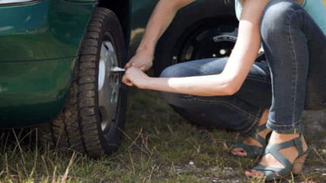 roue_voiture_automobile_pneu-crevé